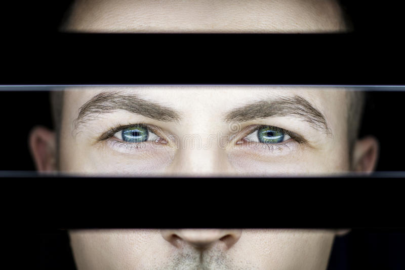 Portret mężczyzna w zmroku w świetle lamp Atmosferyczna sztuki fotografia facet z zielonymi oczami Mężczyzna ` s twarz na stronie obraz stock