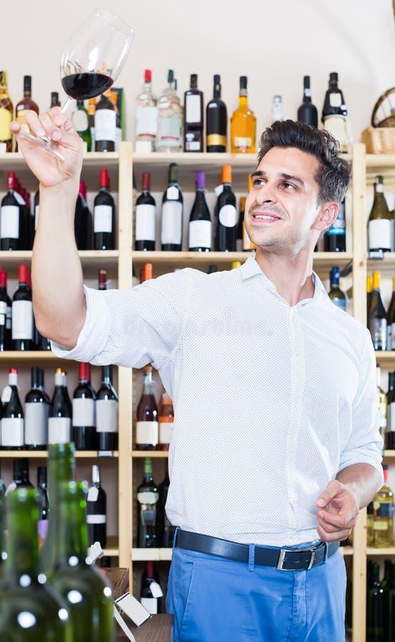 Portret mężczyzna wina smaczna próbka w szkle w sklepie obraz stock