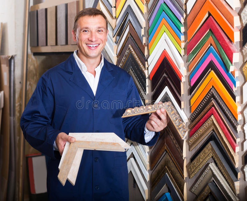 Portret mężczyzna wybiera otokową bagietę w studiu w mundurze obrazy stock