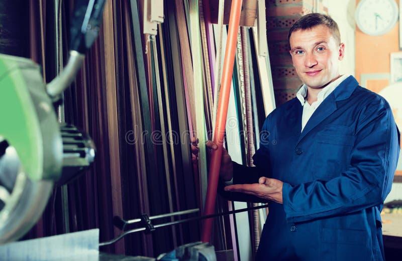 Portret mężczyzna wybiera otokową bagietę w studiu w mundurze obraz royalty free
