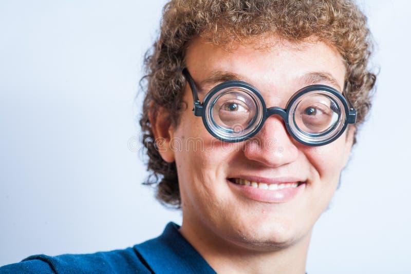 Portret mężczyzna z głupków szkieł n studia zabawą obrazy stock