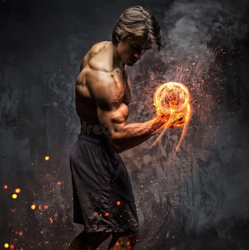 Portret mężczyzna z płonącym dumbbell zdjęcie royalty free