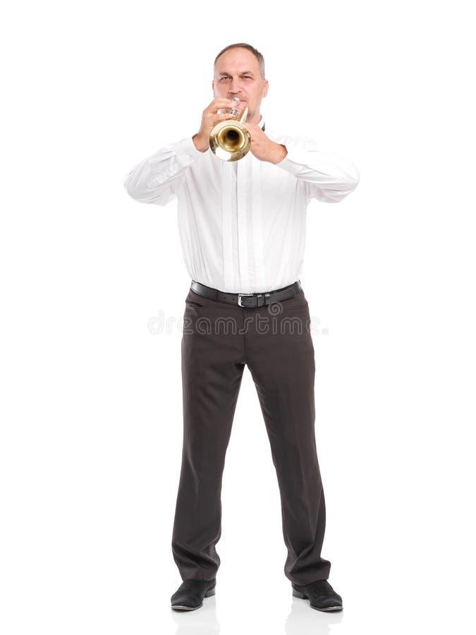 Portret mężczyzna z trąbką w jego wręcza bawić się na drymbie odizolowywającej na białym tle zdjęcia royalty free