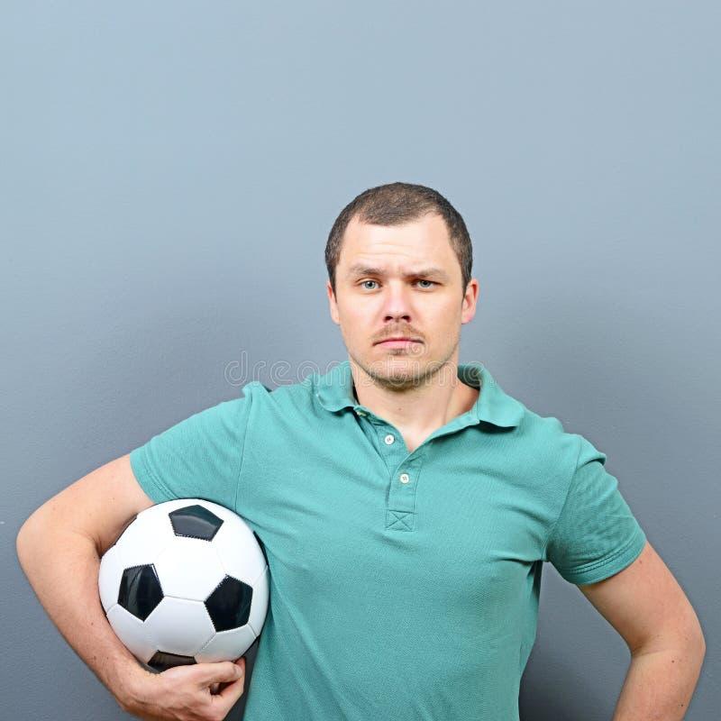 Portret mężczyzny mienia futbol - fan piłki nożnej gracza lub zwolennika pojęcie zdjęcia royalty free