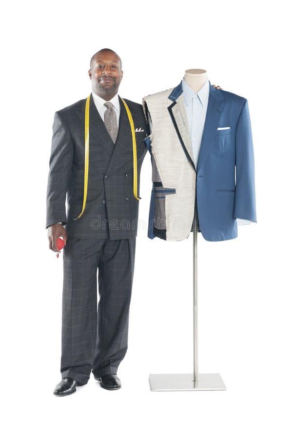 Portret męska krawiecka pozycja obok mannequin zdjęcie stock