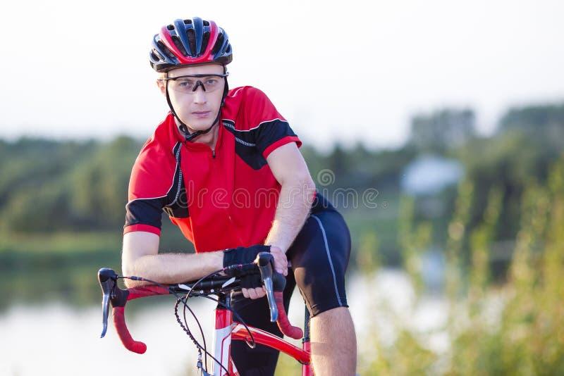 Portret Męski cyklista Ma odpoczynek i Pozuje na rowerze obraz royalty free