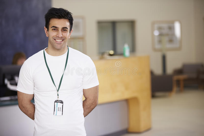 Portret Męski Physiotherapist W Szpitalnym przyjęciu zdjęcie royalty free