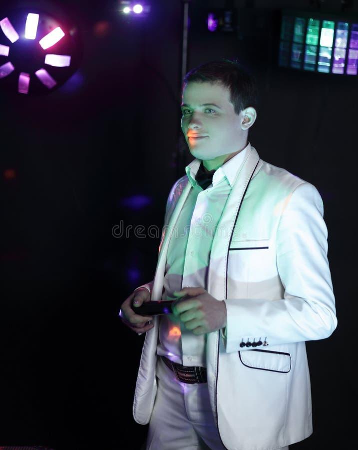 Portret męski piosenkarz na nocy przedstawienie zdjęcie royalty free