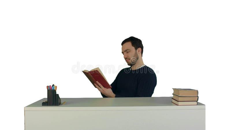 Portret męski uczeń czyta książkę na białym tle odizolowywającym zdjęcie stock