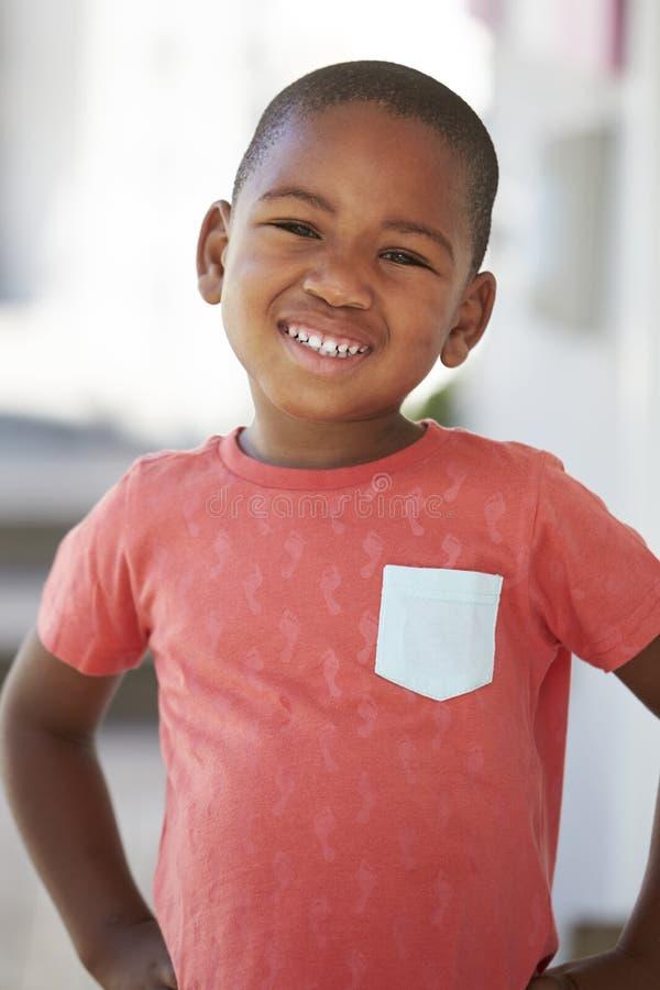 Portret Męski uczeń Na zewnątrz sala lekcyjnej Przy Montessori szkołą fotografia royalty free