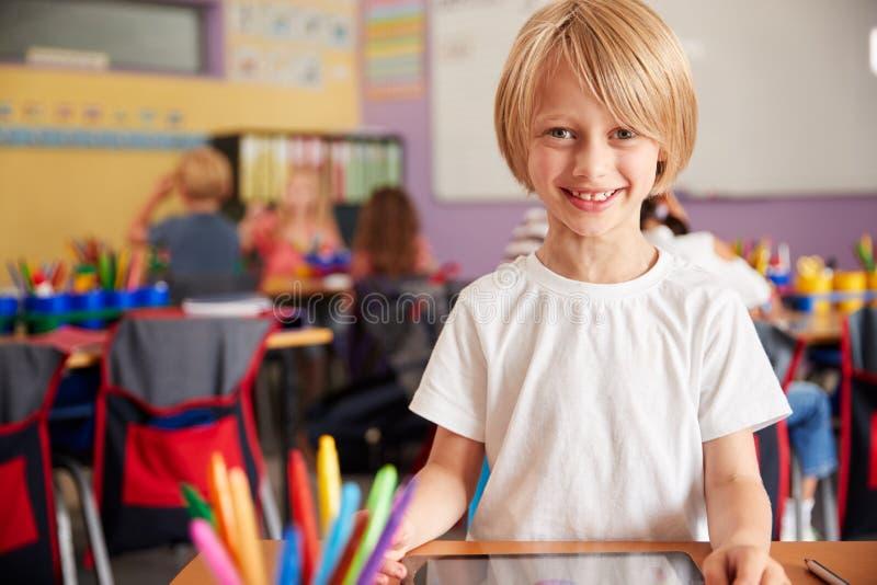 Portret Męski uczeń W szkoła podstawowa rysunku Używać Cyfrowej pastylkę W sali lekcyjnej obrazy royalty free