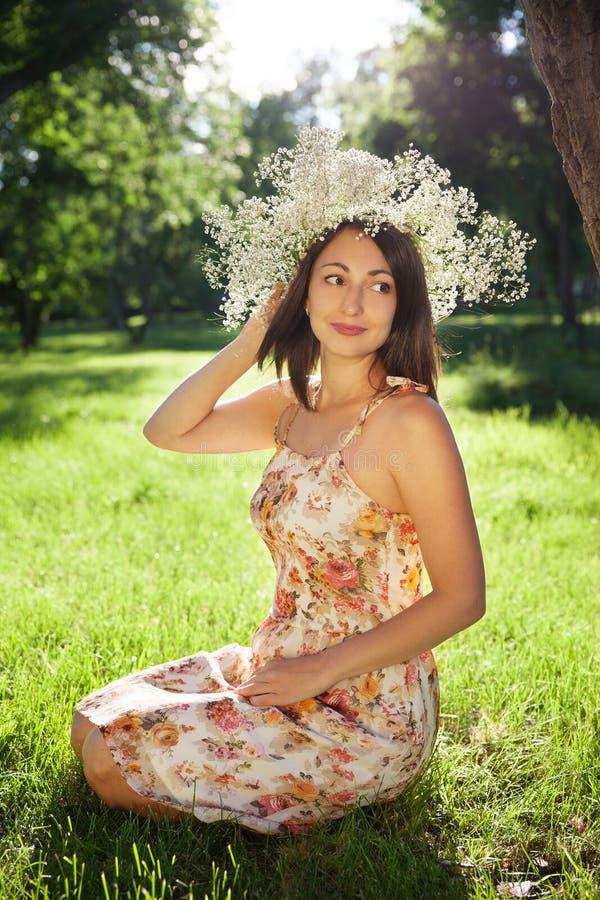 Download Portret Młoda ładna Kobieta W Wianku Obraz Stock - Obraz złożonej z femaleness, piękny: 57666443