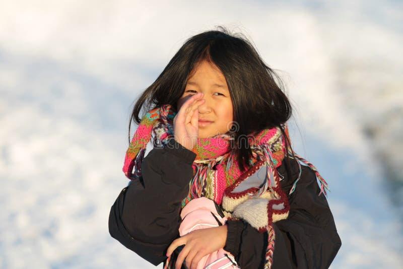 Portret młoda śliczna dziewczyna patrzeje kamerę zdjęcie stock