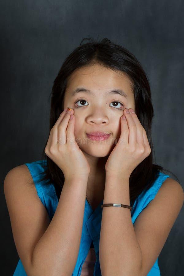 Portret młoda śliczna dziewczyna patrzeje kamerę obraz royalty free
