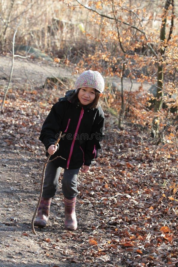Portret młoda śliczna dziewczyna patrzeje kamerę fotografia royalty free