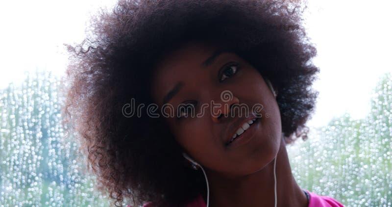 Portret młoda afro amerykańska kobieta w gym obrazy stock