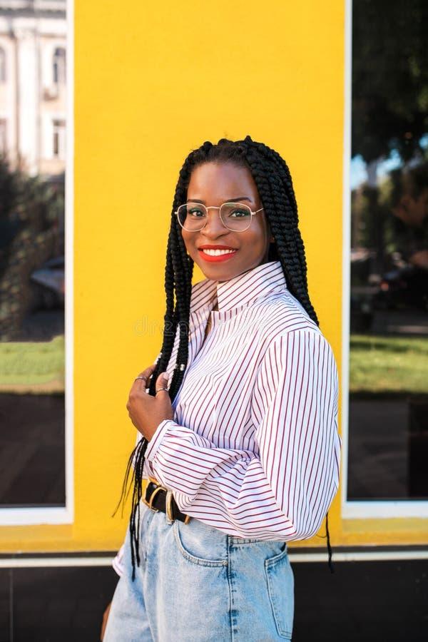 Portret młoda afro amerykańska kobieta w ulicie zdjęcia royalty free
