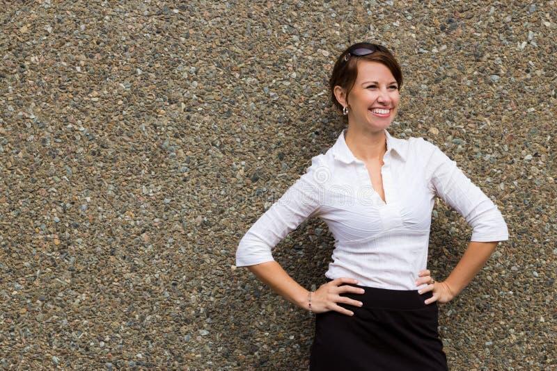 Portret młoda atrakcyjna biznesowa kobieta przeciw popielatej ścianie zdjęcie royalty free