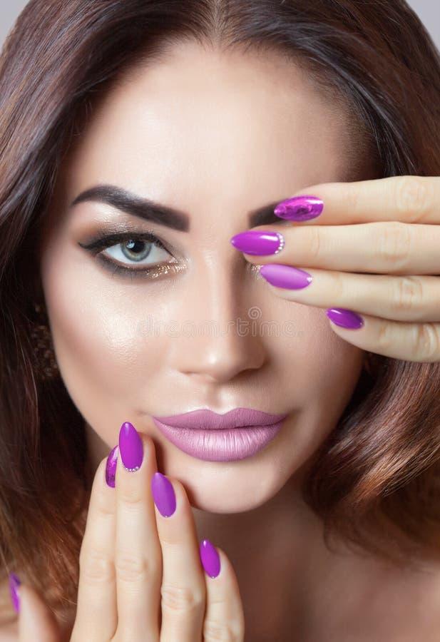 Portret młoda atrakcyjna brunetki kobieta z pięknym makijażem i manicure'em zdjęcie stock