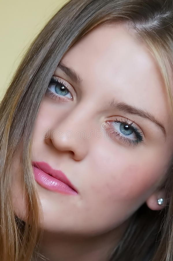 Portret młoda atrakcyjna czuła dziewczyna zdjęcia royalty free