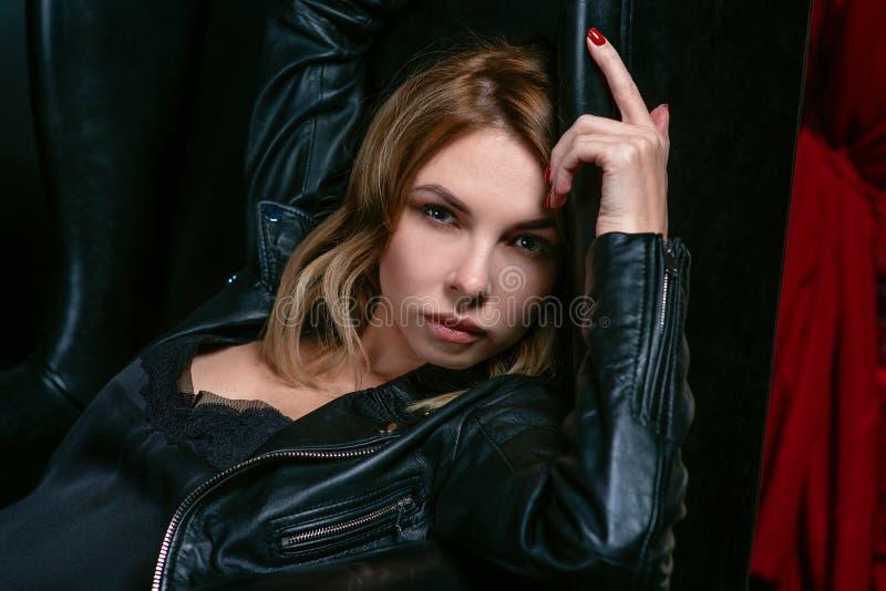 Portret młoda atrakcyjna elegancka blondynki kobieta w jedwab smokingowej i czarnej kurtce zdjęcia royalty free