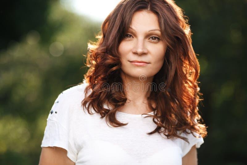 Portret młoda atrakcyjna kobieta przy lato zieleni parkiem zdjęcia royalty free