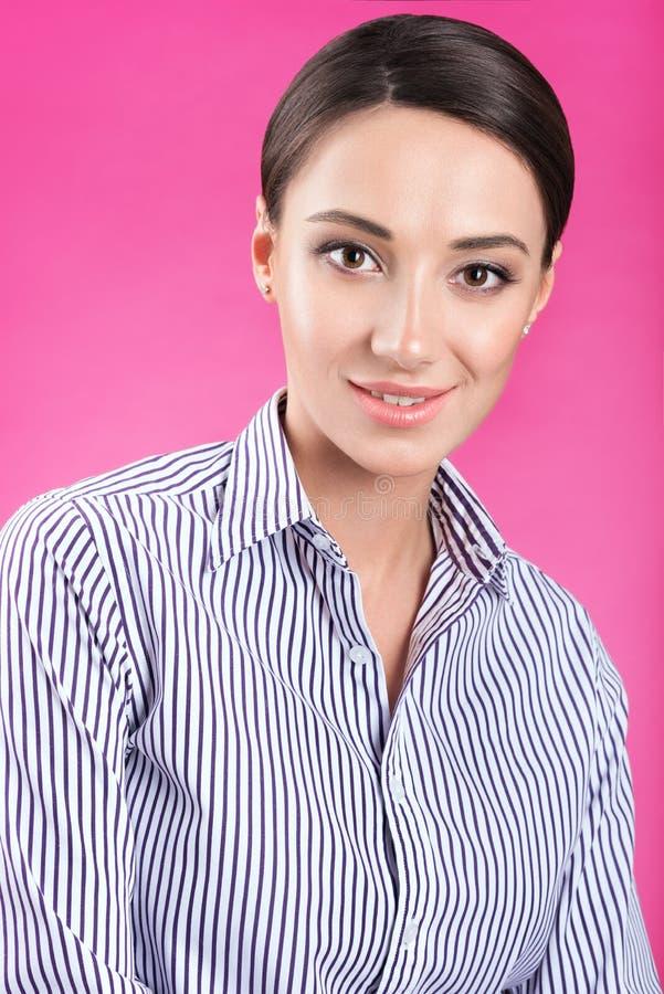 Portret młoda atrakcyjna kobieta w białej koszula z lampasami zdjęcia stock