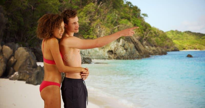 Portret młoda atrakcyjna para trzyma each inny na Dziewiczych wyspach wyrzucać na brzeg obrazy stock