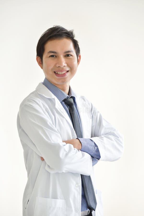 Portret Młoda Azjatycka samiec lekarka jest uśmiechnięty zdjęcia royalty free