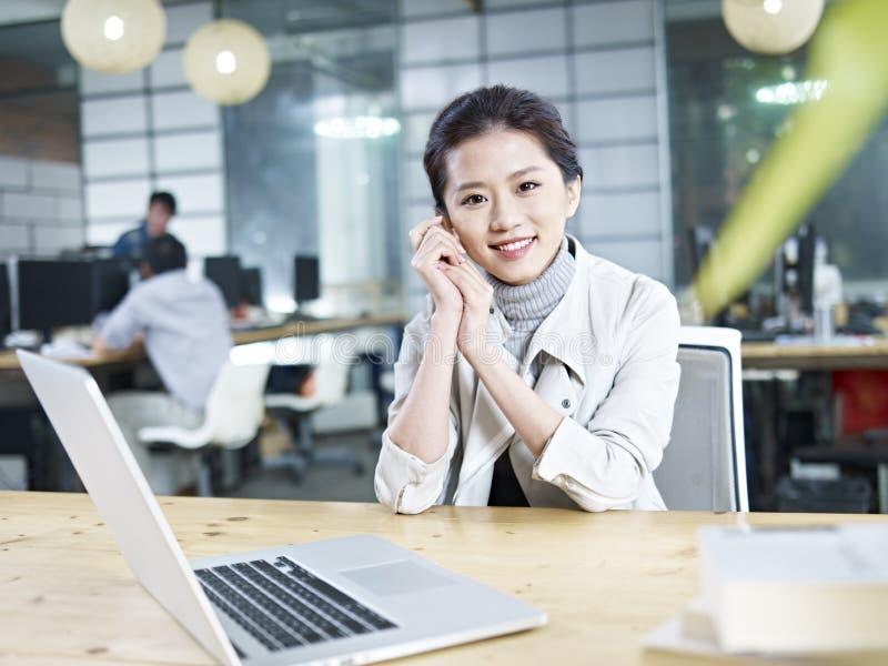 Portret młoda azjatykcia biznesowa kobieta zdjęcie stock