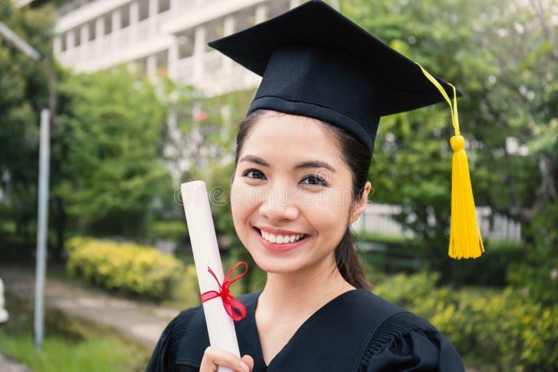 Portret młoda azjatykcia kobieta na jej kończącym studia dniu obrazy stock