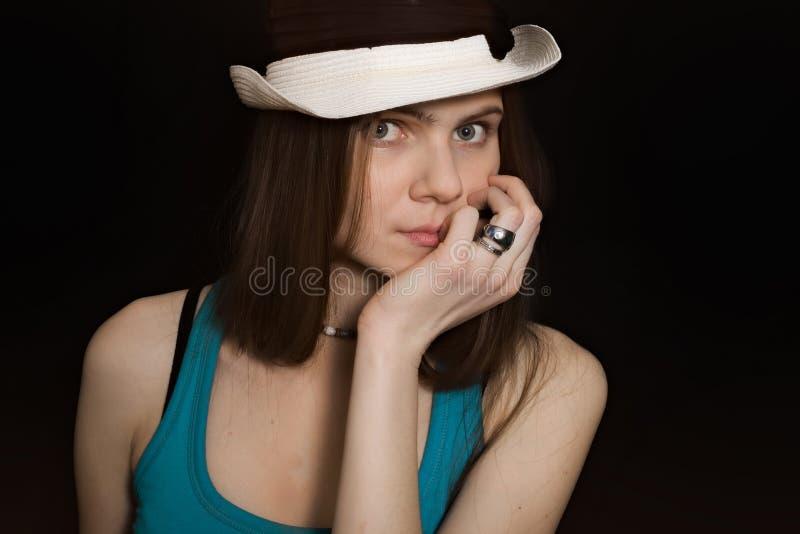 Portret młoda błękitnooka dziewczyna w biały kapeluszu fotografia stock