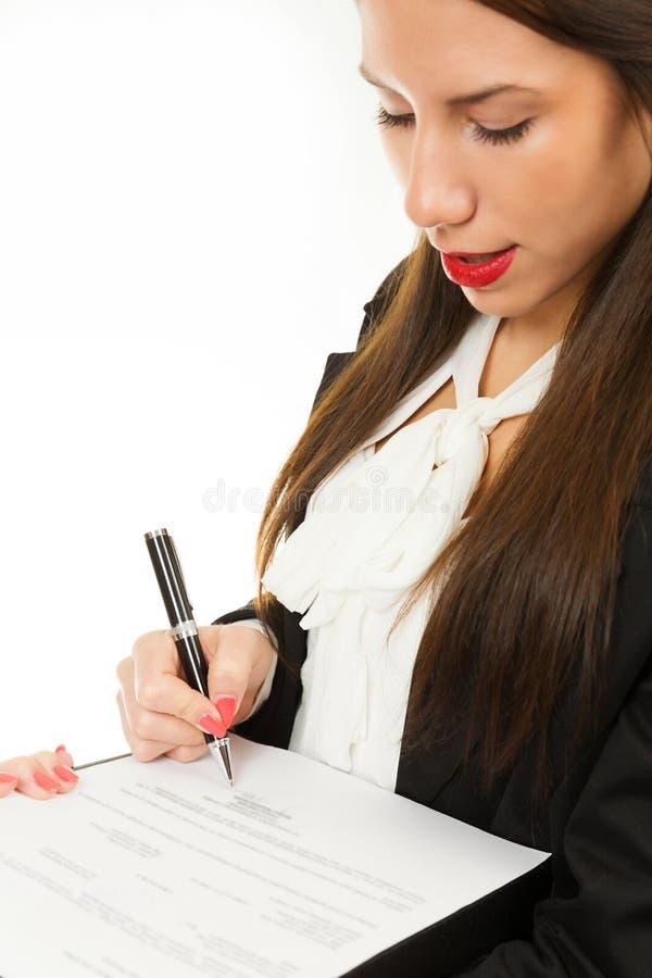 Portret młoda biznesowa kobieta, podpisuje kontrakt fotografia royalty free