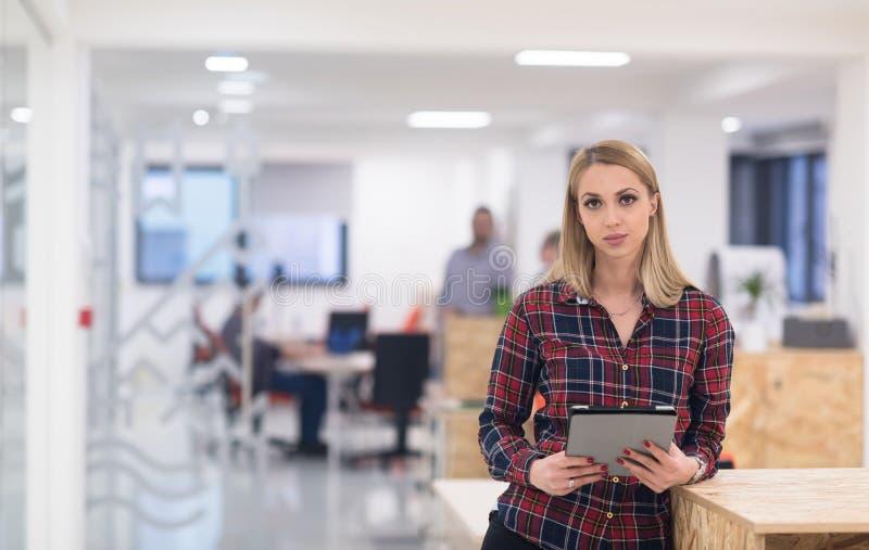 Portret młoda biznesowa kobieta przy biurem z drużyną w backgrou zdjęcia royalty free