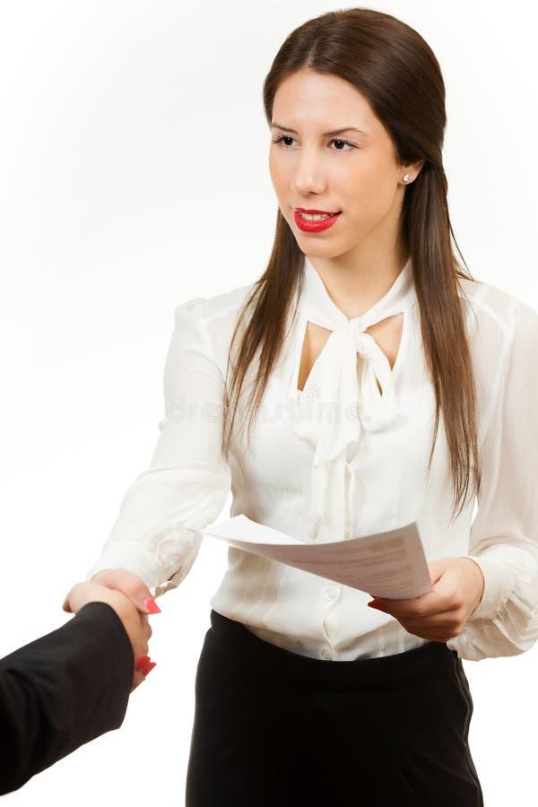 Portret młoda biznesowa kobieta, trzyma kontrakt zdjęcia stock