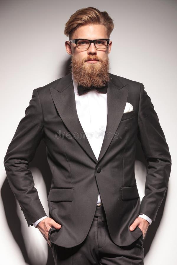 Portret młoda biznesowego mężczyzna pozycja zdjęcie stock