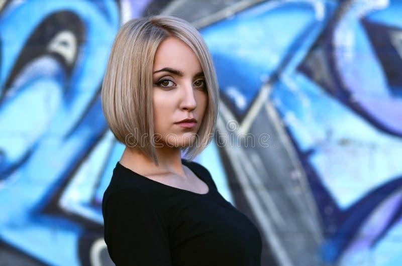 Portret młoda blond dziewczyna z krótkim włosy na tle o zdjęcie royalty free