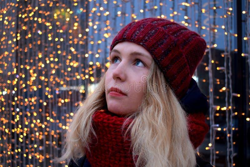 Portret młoda blond kobieta jest ubranym czerwień dział kapelusz i szalika obrazy stock