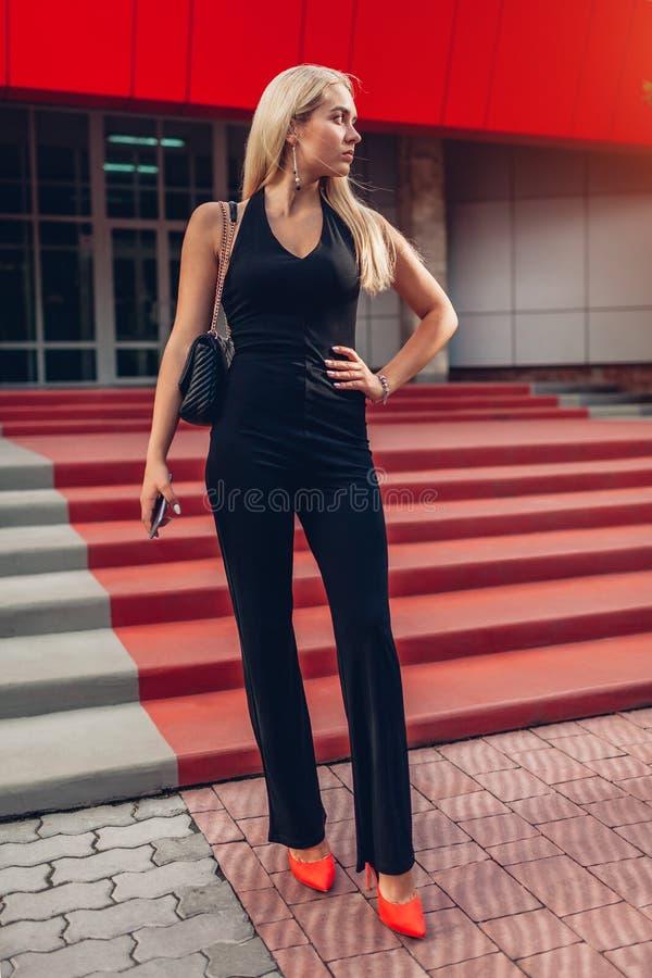 Portret młoda blondynki kobieta jest ubranym elegancką odzież i akcesoria nowożytnym centrum biznesu w mieście zdjęcia royalty free