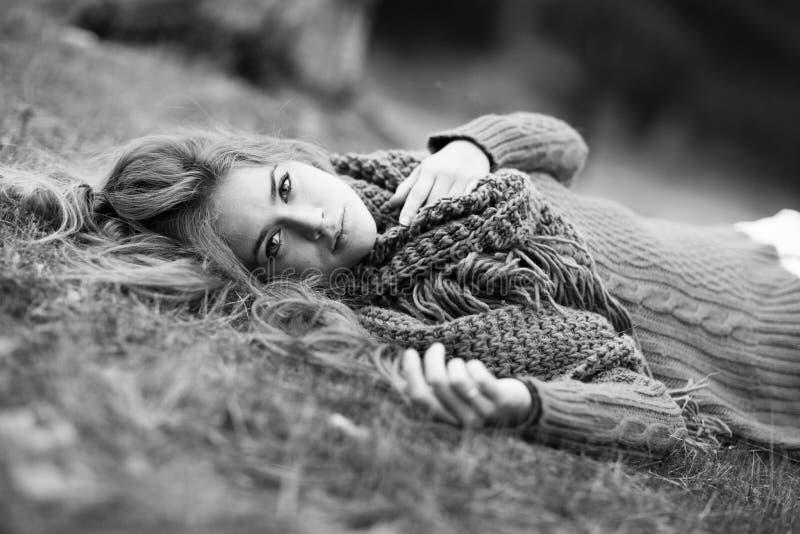 Portret młoda blondynki kobieta na polu. Piękna kobieta. zdjęcie stock