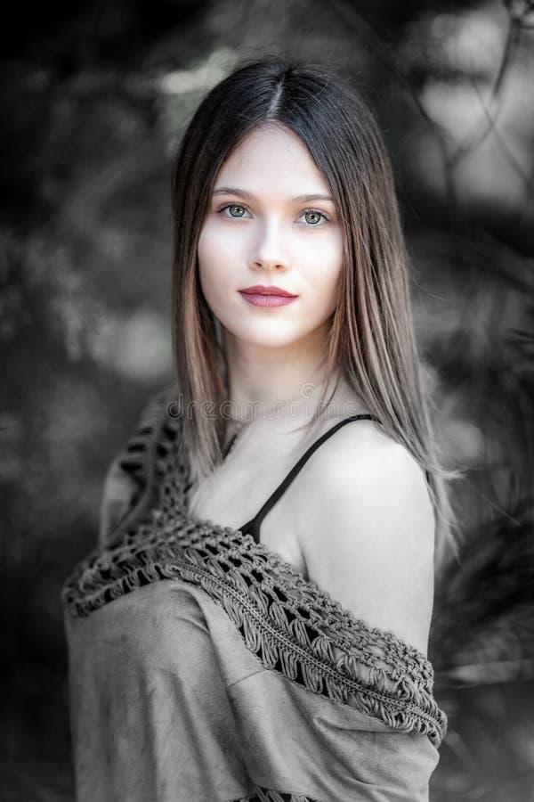 Portret Młoda blondynki kobieta z oszałamiająco zielonymi oczami, patrzeje obraz royalty free