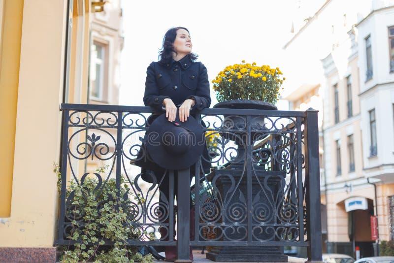 Portret młoda brunetki kobieta w czarnym żakiecie zdjęcie stock