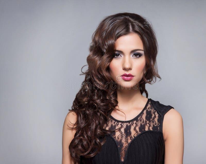 Portret młoda brunetki kobieta w makeup fotografia royalty free