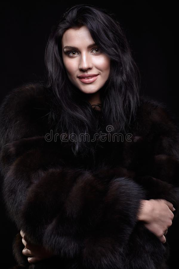 Portret młoda brunetki kobieta z długim czarni włosy ubierał zdjęcia royalty free