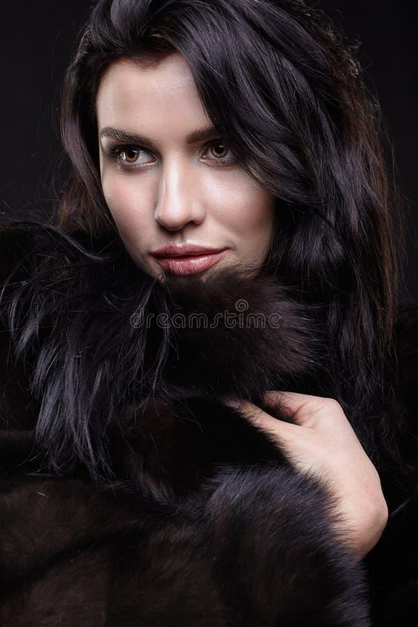 Portret młoda brunetki kobieta z długim czarni włosy ubierał zdjęcia stock