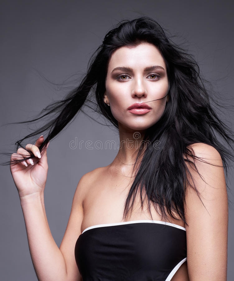 Portret młoda brunetki kobieta z długim czarnym leje się hai zdjęcie royalty free