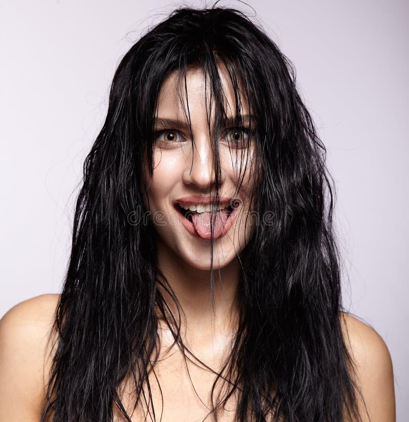 Portret młoda brunetki kobieta z mokrawym długie włosy uczesaniem s obraz stock