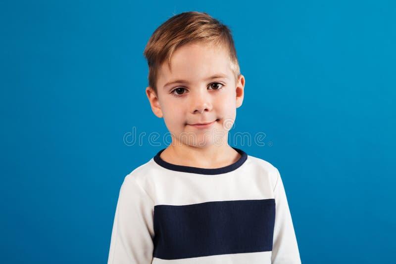 Portret Młoda chłopiec patrzeje kamerę w pulowerze fotografia stock