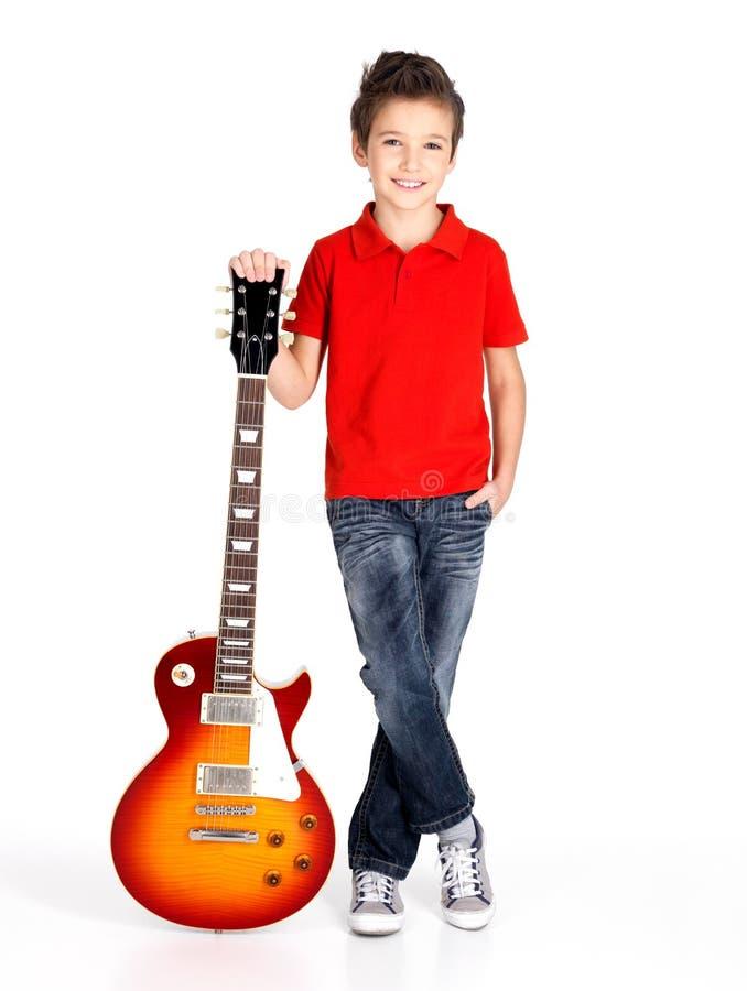 Portret młoda chłopiec z gitarą elektryczną zdjęcia stock