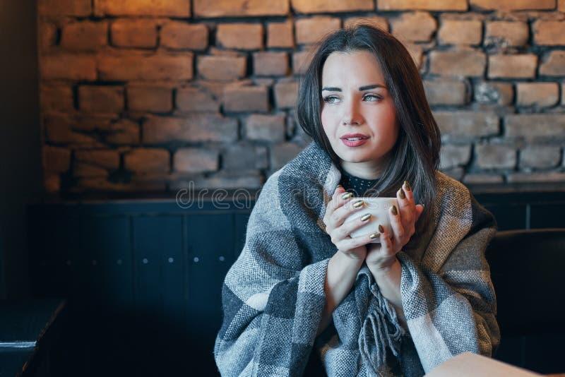 Portret młoda dama z ciemnym kędzierzawym włosy dreamily zamyka ona oczy z filiżanką w rękach Ładny dziewczyny obsiadanie w kawia obrazy royalty free
